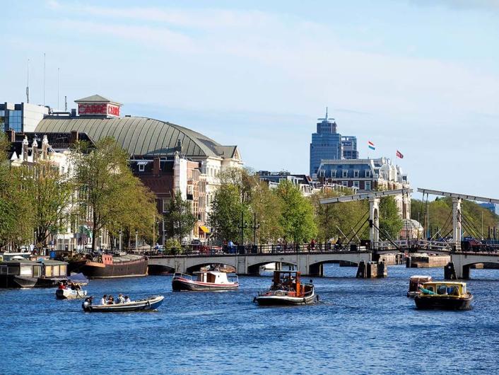 Theater Carré, die Magere Brug und Hotel Amstel im Hintergrund