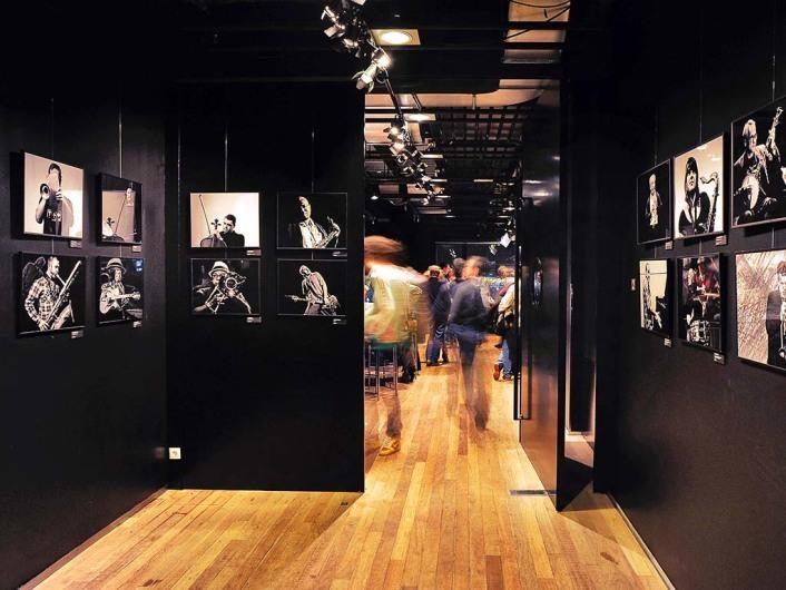 Nederland, Amsterdam, 25-02-2012. Bimhuis, centrum voor jazz- en improvisatiemuziek, gelegen aan de Piet Heinkade. CafÈ / restaurant tijdens een concertpauze, expositieruimte ( fototentoonstelling).  Photo (c) Paul van Riel / HH.