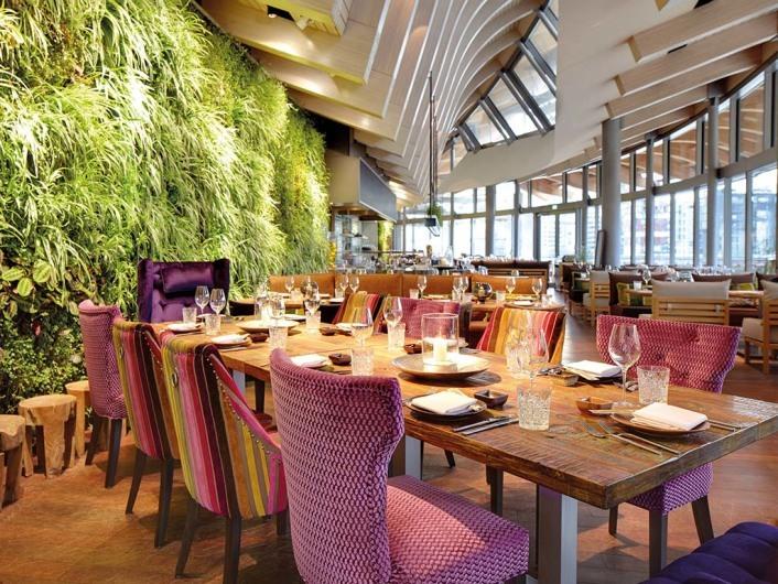 Restaurant, Bar coast by east Hamburg - Family Tisch mit grüner Wand