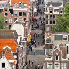 Blick von der Westerkerk auf die verwinkelten Häuser an der Bloemstraat im Jordaan