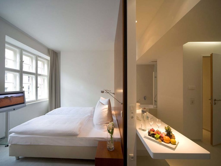 ELLINGTON HOTEL BERLINN¸rnberger Strafle 50-5510789 BerlinInternet: www.ellington-hotel.comE-Mail: contact@ellington-hotel.comTel. 030 / 6831 50Fax 030 / 6831 55555