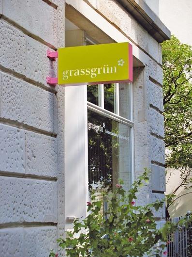 Schaufenster und Leuchtschild Laden »grassgrün« in der Vogelsbergstraße 38 in Frankfurt am Main