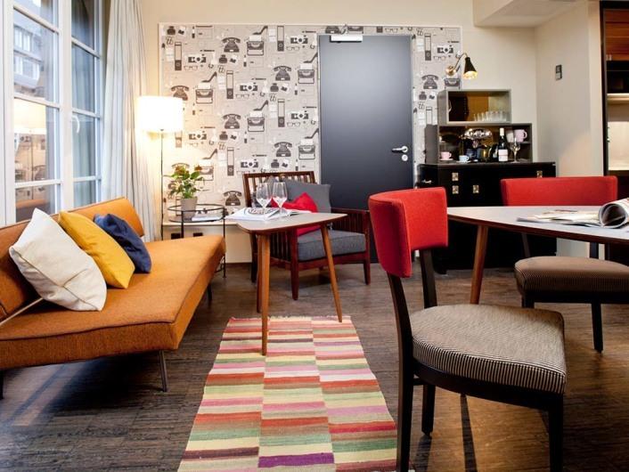 Hamburg, DEU, 07.12.2012: Das Hotel Henri in der Hamburger Bugenhagenstrasse. Das Hotel bietet 65 Studios und Suiten in drei Kategorien: M-Studios (20 qm), L-Studios (30 qm) Suiten und Loftsuiten (40 qm). Das Unternehmen gehoert zur Gruppe um das Hamburger Haus Louis C. Jacob. Isabel Oberdorf ist Geschaeftsfuehrin. Hier mit der Suite 605.| Hamburg, GER, 07.12.2012: appartment - hotel Henri at Bugenhagenstrasse. the house offers 65 Studios. The hotel itself is part of the Louis C. Jacob hotel group. |[ © Stefan Malzkorn, Steinbeker Strasse 14, 20537 H a m b u r g, Tel.: +49-40-345402; www.malzkornfoto.de malzkorn@malzkornfoto.de , Kontoverbindung bitte beim Fotografen erfragen - Banking Link: please get in touch with us for our banking details. www.freelens.com/clearing, Steuer-Nr: 42/152/01106 Finanzamt Hamburg am Tierpark, KSK-Nr. 39040963M007. Verwendung nur gegen Namensnennung, Honorar und Beleg - Presseveroeffentlichungen in DEU zzgl. 7% Mwst auf grundlage der MFM; bei Verwendung des Fotos ausserhalb journalistischer Zwecke bitte Ruecksprache mit dem Fotografen halten. Soweit nicht ausdruecklich vermerkt werden keine Modellfreigabe-, Eigentums-, Kunst- oder Markenrechte eingeraeumt. Die Nutzungen erfolgt ausschliesslich auf Grundlage meiner unter www.malzkornfoto.de/webseite_neu/agbs/agb_dt.pdf einsehbaren Allgemeinen Geschaftsbedingungen (AGB) publication only with royalty payment, credit line, and print sample. Unless especially stated: no model release, property release or other third party rigths available. No distribution without our written permission.] [#0,26,121#]