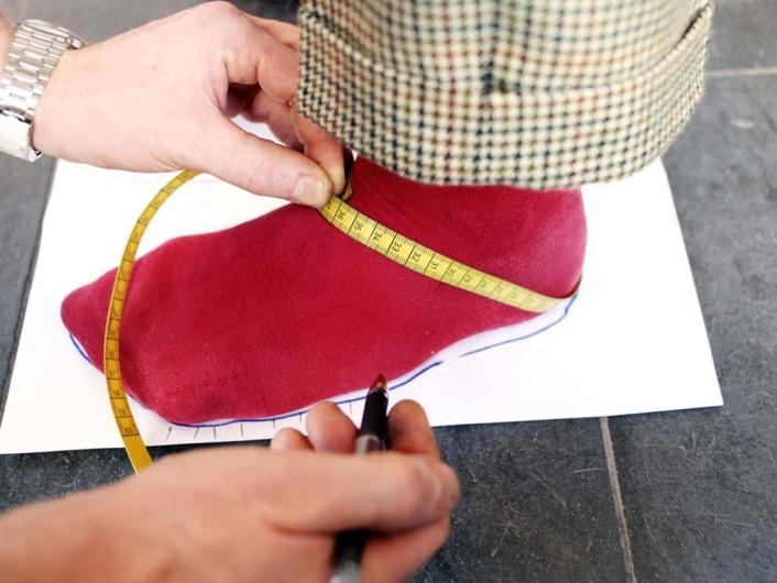 Schuhmacher Thomas Keil, Trittspurgerät, Tinte wird auf ein Abdrucksieb aufgetragen und per Fußabdruck auf Papier gepaust, Blaupausenabdruck, Vermessung des Fußes für Leistenherstellung