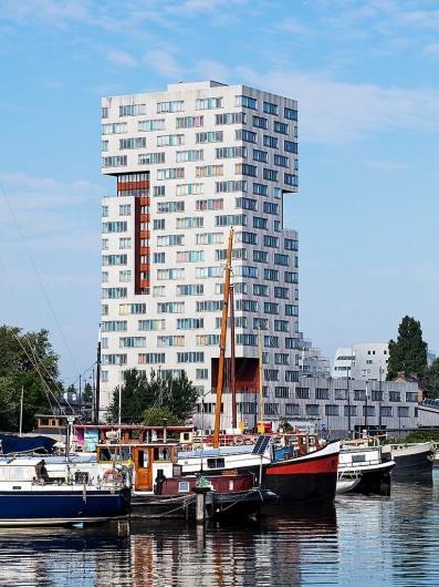 Moderner Wohnturm auf der Insel Sporenbrug