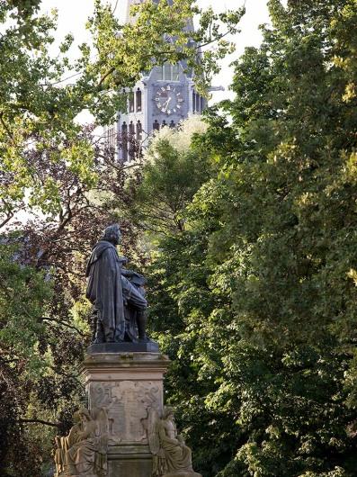 Statue vom Schriftsteller Joost van den Vondel nachdem der Vondelpark benannt ist